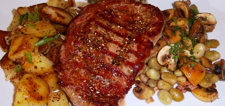 Rumpsteak, dazu Champignon-Puffbohnengemüse und Bratkartoffeln