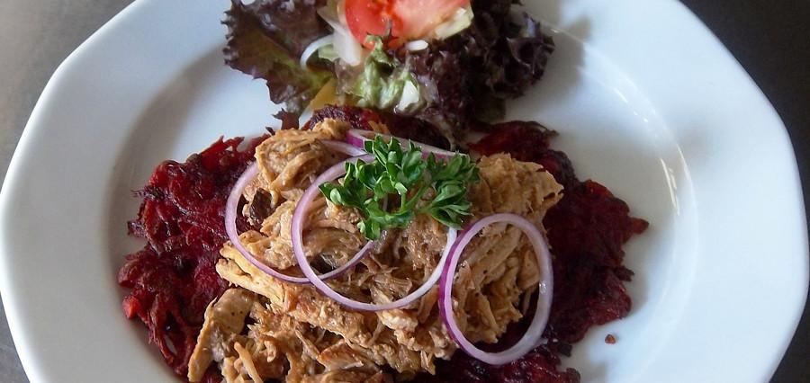 Pulled Pork auf einem Rote-Beete-Kartoffel-Rösti